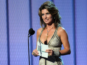 Shania Twain presents Entertainer of the Year at the 2008 CMA Awards